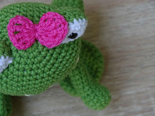green-lady-frog-with-a-ping-ribbon